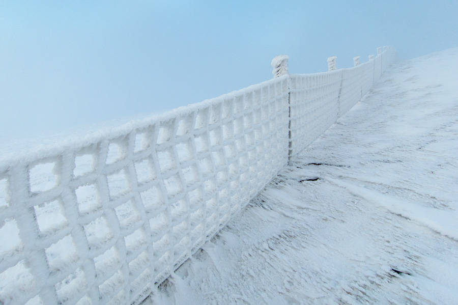 The fence between Little Man and Skiddaw. I just love the ice formations